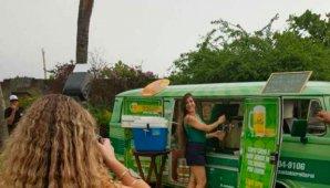 Músicos vendem bebidas na Kombi